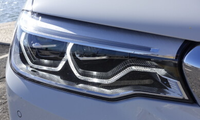 LYSER 500 METER: Full LED hovedlys gir en fjernlysrekkevidde på en halv kilometer. Laserlys kan ikke bestilles - det er forbeholdt 7-serien og hybrid-sportsbilen i8. Foto: Knut Moberg