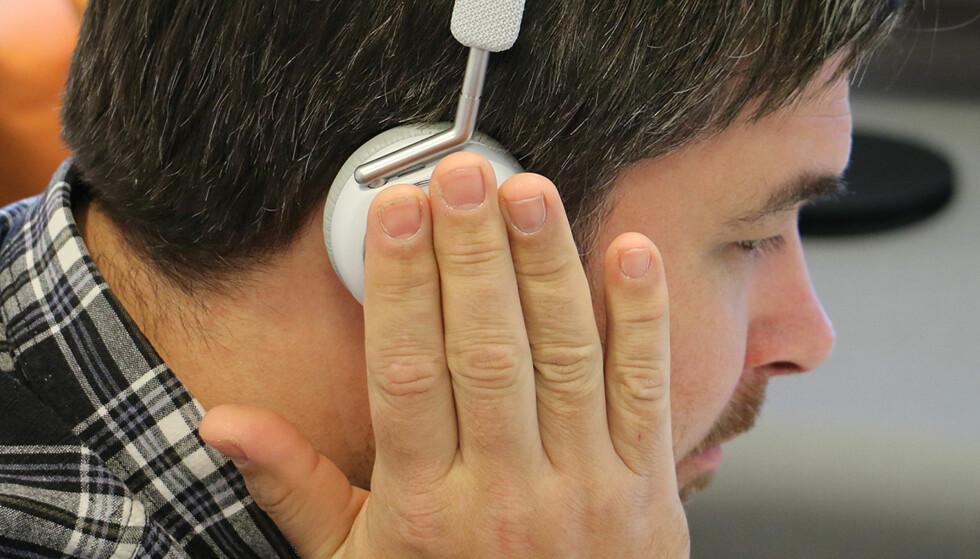 HUSH: Legger du fingrene inntil den berøringsfølsomme overflaten, kuttes volumet til fordel for en forsterket utgave av omgivelsene. Foto: Pål Joakim Pollen