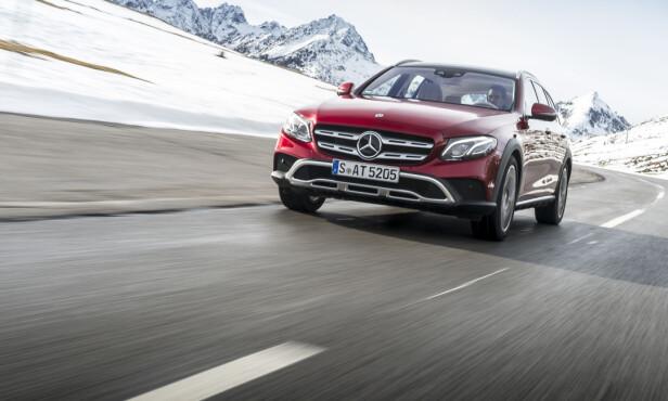 KAN VARIERE: Bilens høyde kan varieres betydelig - bakkeklaringen kan krype ned til knapt 12 centimeter på veien opp til nær 16 centimeter utenfor. Foto: Mercedes-Benz