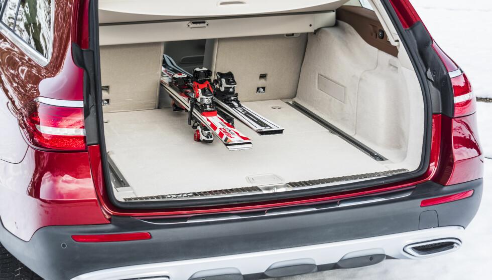 HULL I MIDTEN: I en slik bil er det naturlig med en gjennomlastingsmulighet for ski og andre lange gjenstander i bakseteryggen. Foto: Mercedes-Benz