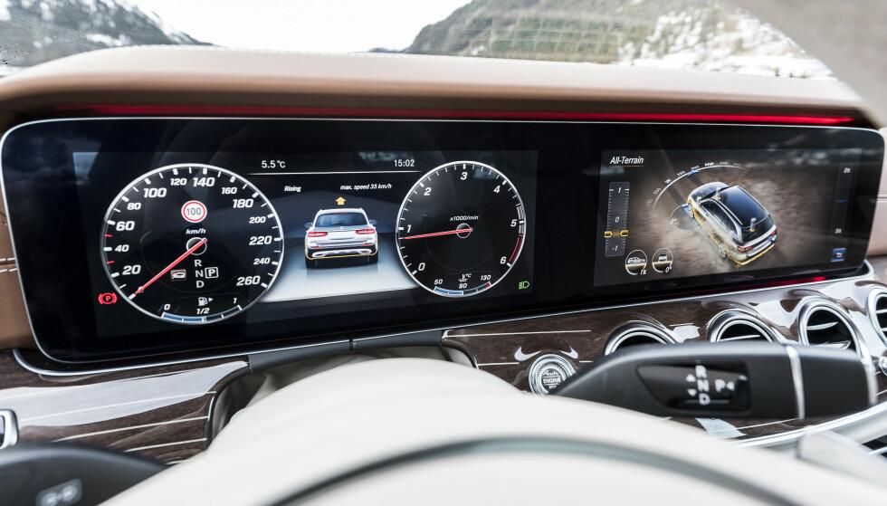 AVANSERT: Mercedes E-klasse har, også som All Terrain, den imponerende doble digitale displaysonen som ekstrautstyr. Her viser den dessuten en del Offroad-spesifikk informasjon. Foto: Mercedes-Benz