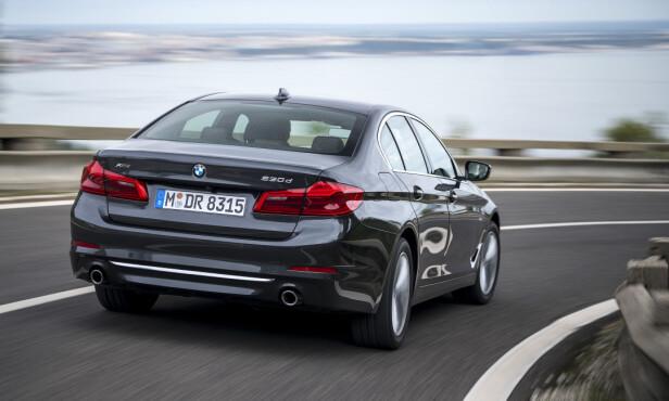 KJØREGLAD: I større grad enn forgjengeren er nye 5-serie underholdende å kjøre aktivt (her, vår testbil 530d xDrive). Den er blitt lettere, enda mer velbalansert og sitter bedre på veien. Foto: BMW