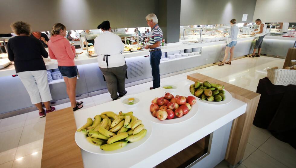 BUFFET-FRISTELSER? Det beste på buffeten var frukten og brødet, ellers var det sørgelige greier. Foto: Ole Petter Baugerød Stokke