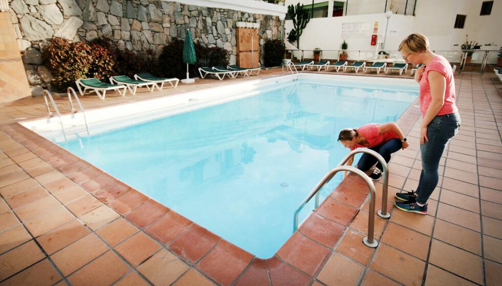 ISKALDT VANN: Bassenget på leilighetshotellet hadde ikke oppvarmet vann, så her var vi rimelig følelsesløse kun etter få minutter. Skal du til Gran Canaria på vinteren, bør du sjekke at bassenget er oppvarmet dersom du ønsker å bade, for ellers er det for spesielt interesserte. Da er det varmere å bade i sjøen! Foto: Ole Petter Baugerød Stokke