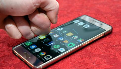 KNOK KNOK: Ved å bruke knoken mot skjermen kan du ta skjermbilder eller starte apper direkte. Foto: Pål Joakim Pollen