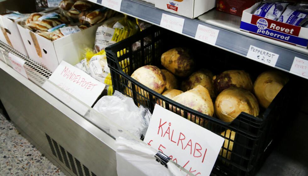 KÅLROT PÅ DEN NORSKE BUTIKKEN I ARGUINEGUIN: Kiloprisen er 54 kroner i Spania. I Norge betaler du 8,80 kroner per kilo. Foto: Ole Petter Baugerød Stokke