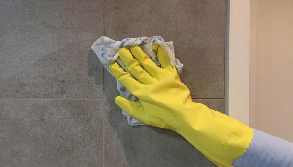 RIKTIG: Et nøytralt vaskemiddel, litt vann, myk klut eller kost er nok for å gjøre flisene rene og pene. Foto: Linn M. Rognø