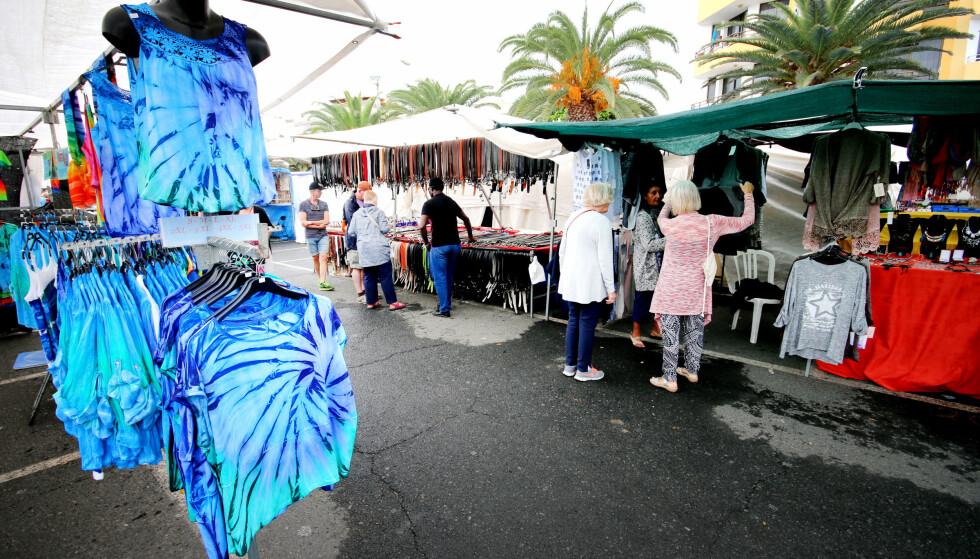 PÅ MARKED I ARGUINEGUIN: Markedsvandring er en populær aktivitet når været ikke er helt topp. Men se opp for mye «fake» Michael Kors og andre «merkevarer». Foto: Ole Petter Baugerød Stokke