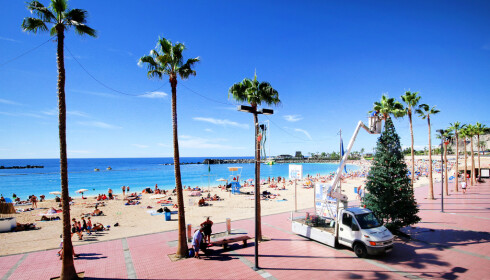 JUL PÅ STRANDA: Jada, det blir jul også på stranda på Gran Canaria. Her fra Amadores-stranda. Foto: Ole Petter Baugerød Stokke