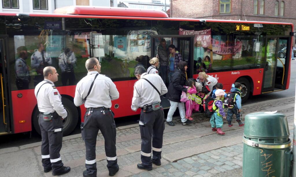 BILLETTKONTROLL: Det gjelder å ha billetten klar når disse kommer på bussen, men skulle du glemme det, kan det faktisk finnes håp. Foto: Per Løchen / Scanpix