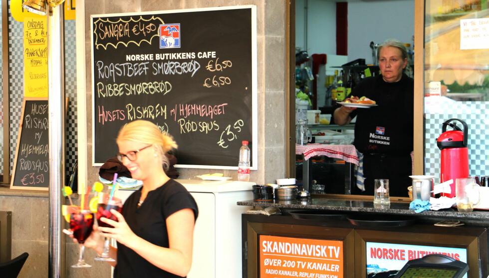 NORSK SERVERING: Det er mange som har tatt turen til Den norske butikkens kafé denne regntunge dagen i november. Her får du norske retter, som smørbrød og riskrem - og spansk Sangria. Foto: Kristin Sørdal