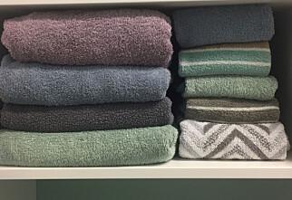Brett håndklærne med hotell-teknikken