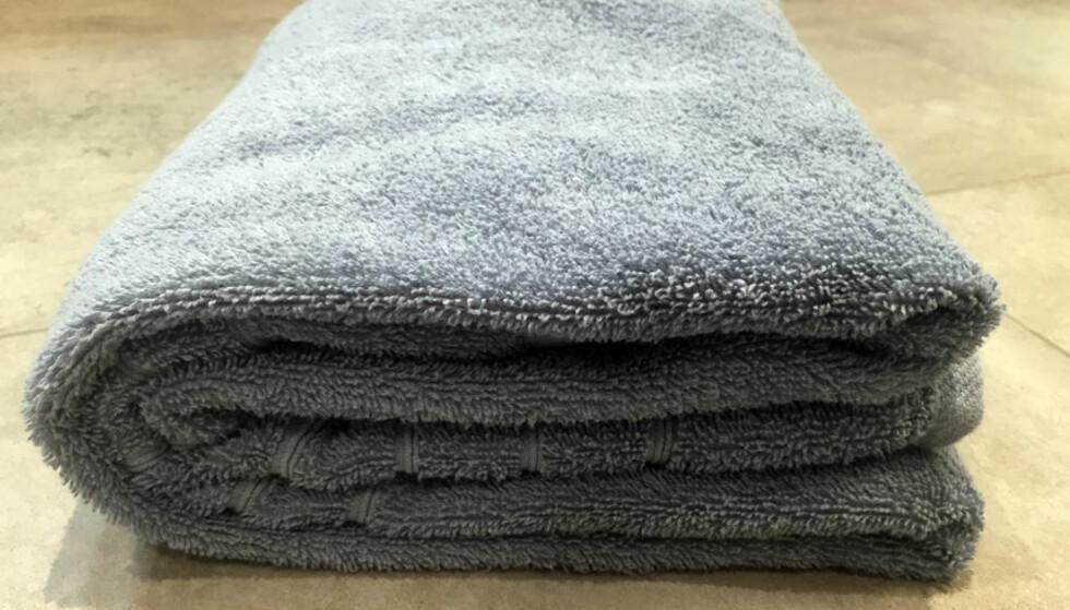 FRA SIDEN: Slik skal håndkleet se ut fra siden.