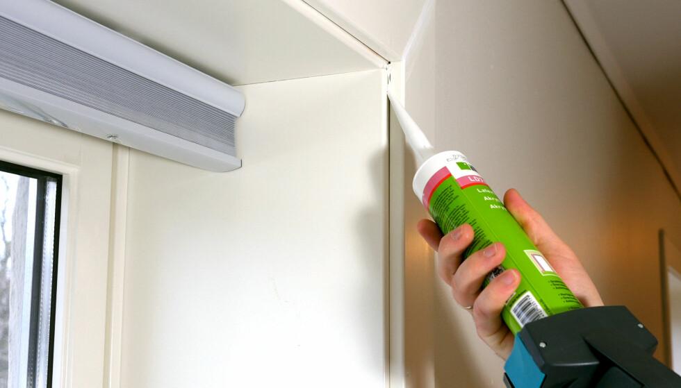 TETTER: Akryl tetter mindre sprekker og kan brukes de fleste steder hvor sparkel blir litt mye. FOTO: Simen Søvik