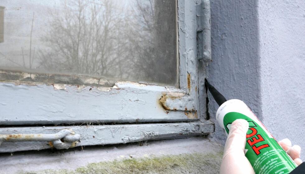 UTVENDIG: Tec7 fungerer like bra inne som ute. Den kan brukes til å tette sprekker i bygningen. FOTO: Simen Søvik