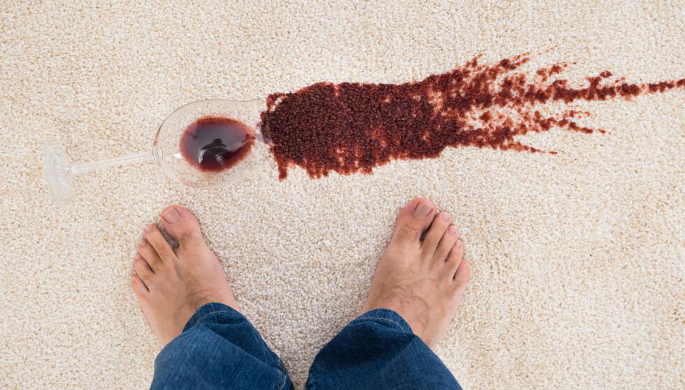 VÆR RASK! Søler du kaffe, vin eller te på teppet, gjelder det å være rask med å tørke den opp! Foto: Shutterstock/NTB Scanpix