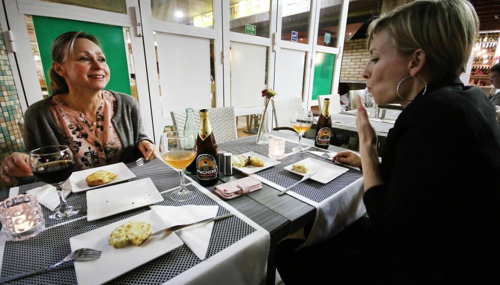 HVITLØKSBRØD PÅ DELING: Hvitløksbrød med ost til forrett, og vi fikk to forretter delt på tre, uten spørsmål. Stort pluss for super service gjennom hele middagen! Foto: Ole Petter Baugerød Stokke
