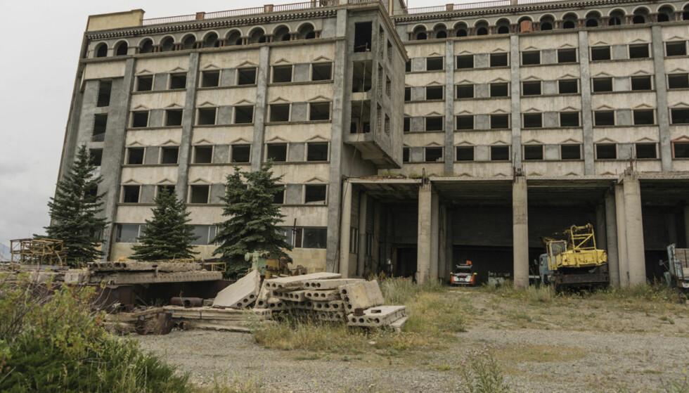 DRIVE IN: Hotellet, som ikke har vært i drift siden Sovjets fall, hadde lite annet enn ly å by på. Foto: Torkild Bredesen / Peter Byng