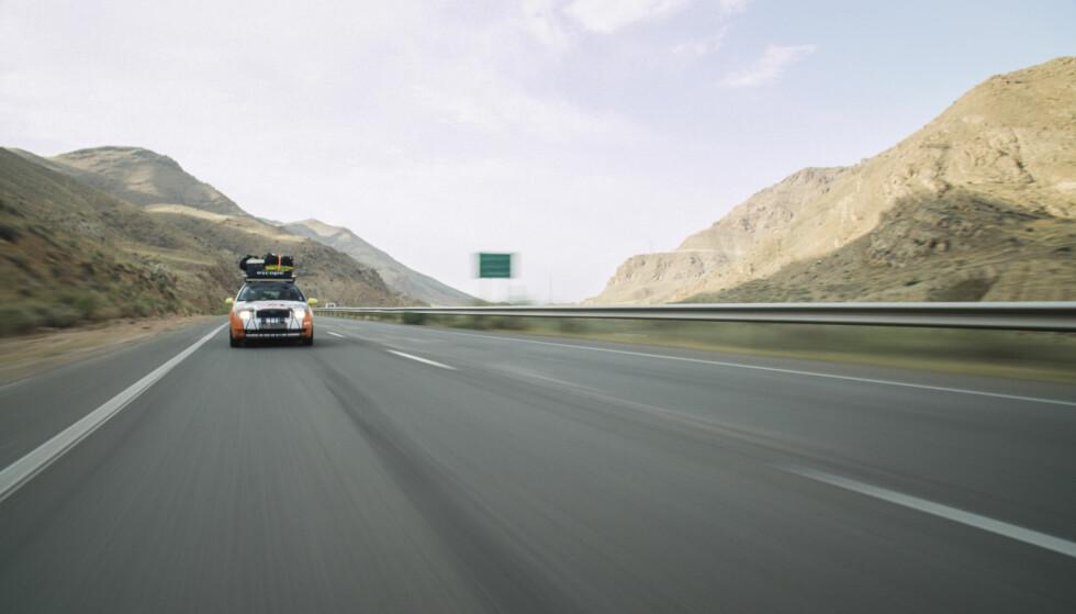 ASFALTHIMMELEN: Selv om enkelte veier var like dårlige som en typisk norsk potetåker, var likevel enkelte strekninger en fryd å kjøre. Foto: Torkild Bredesen / Peter Byng