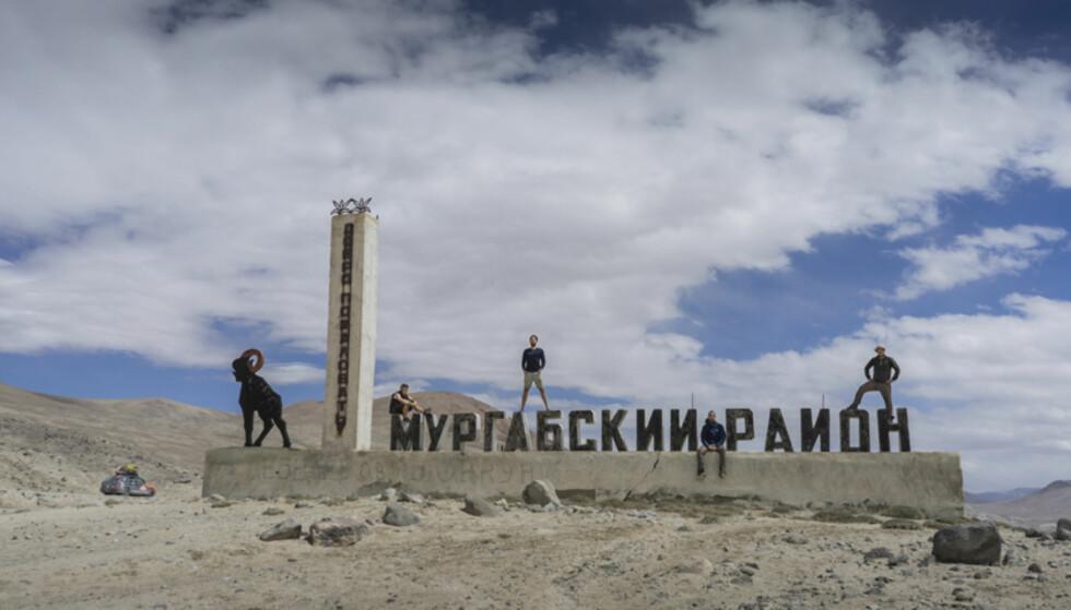 ENTRÉ: Guttene entret Tadsjikistan på vakkert vis: «minimalt med grensekontroll. Føltes som å være i Europa, og jeg må forresten skyte inn; takk for Schengen!» Foto: Torkild Bredesen / Peter Byng