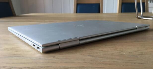 TYNNERE ENN FORGJENGEREN: Med sine 1,38 cm er dette en temmelig slank hybrid-PC. Foto: Bjørn Eirik Loftås