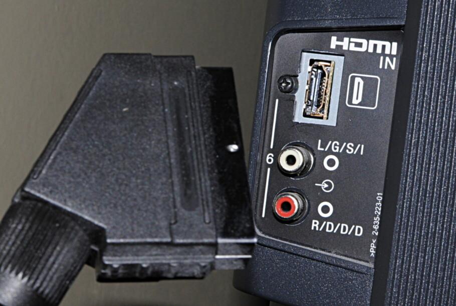PASSER IKKE: En gammeldags SCART-plugg går ikke inn i en moderne TV. Heldigvis finnes det en løsning. (Foto: Tore Neset)