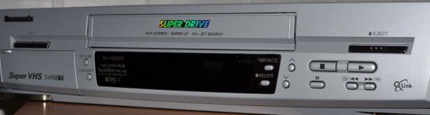 SPILLER FORTSATT: Den gamle VHS-spilleren kan brukes med en moderne TV som bare har HDMI.