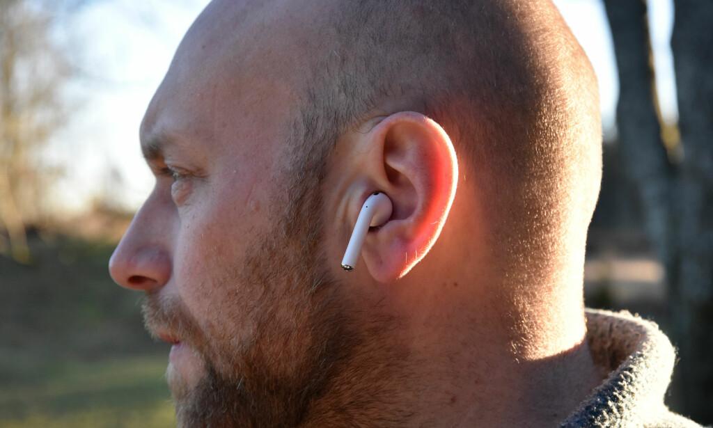 TRÅDLØSE: Apples nye Airpods veier bare fire gram hver og spiller musikk i inntil fem timer uten lading. Foto: Cecilie Pollen