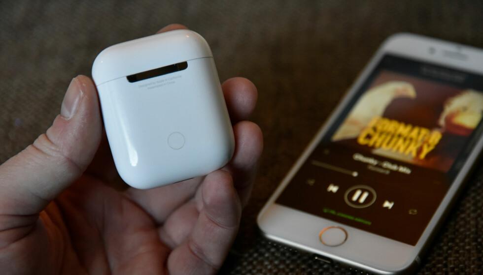 KNAPP: På baksiden av etuiet finnes det en knapp som kan holdes inne om du vil pare AirPods med et ikke-Apple-produkt. Foto: Pål Joakim Pollen