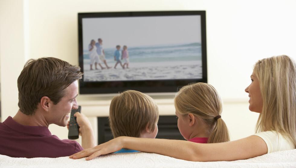 TV-LØS HVERDAG: Du trenger ikke TV-dekoder mer for å se favorittprogrammene. Men velger du bort dekoderen, blir som oftest bredbåndet dyrere. (Foto: Monkey Business Images/Shutterstock/NTB scanpix)