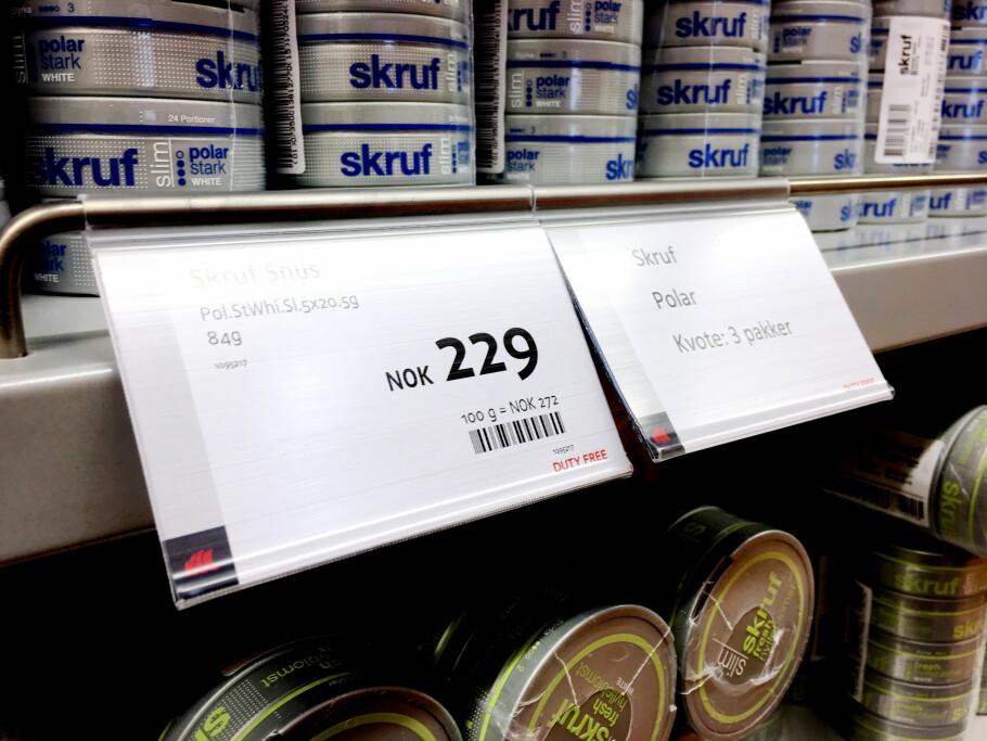 NY INFO: Taxfree-butikkene på Oslo Lufthavn begynte nylig å informere om hvor mange snuspakker, eller «rør», du kunne kjøpe innenfor kvota. Her ser du hvordan du kunne kjøpe tre rør med slim-snus, men nå stanses denne praksisen. Foto: Ole Petter Baugerød Stokke