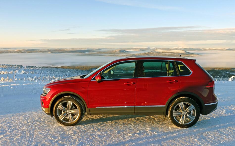 SUKSESS: Den nylig lanserte Volkswagen Tiguan av andre generasjon ble nest mest registrerte nye bilmodell i desember 2016, bare slått av lillebror Golf. Dermed endte VW i pluss i 2016 selv om markedsandelen gikk ned. Det totale bilsalget har ikke vært høyere siden rekord-året 1986. Foto: Knut Moberg