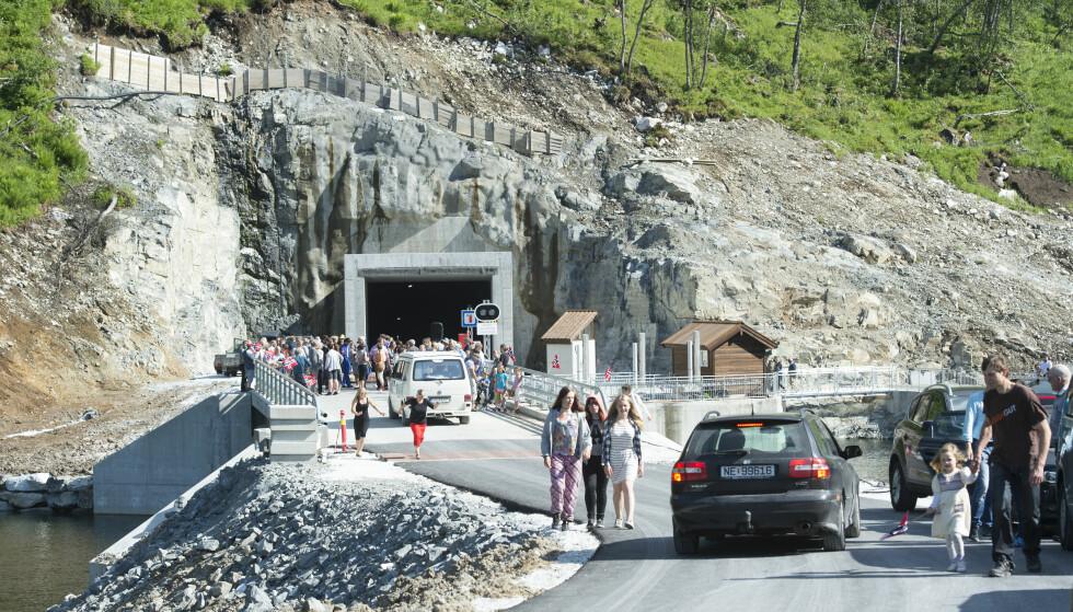 FEIRER NY VEI: 18 juni i fjor feiret innbyggerne i Voss at ny vei og tunell inn til Jordalen ble åpnet for fri ferdsel og at mange år med rasfarlig vei var over. Hordaland hadde totalt sett de dårligste norske veiene i 2014. Foto: Marit Hommedal / NTB scanpix