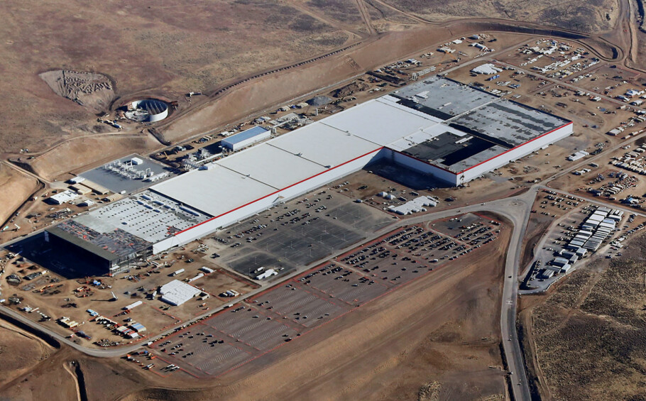 SVÆR FABRIKK: Onsdag 4. januar startet Tesla produksjonen på sin Gigafactory. Når bygget står helt ferdig, om noen år, blir det kanskje verdens aller største bygning. Foto: Tesla