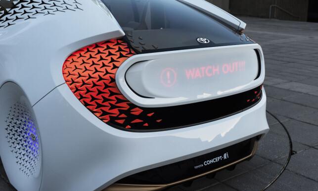 TYDELIG: Via kunstig intelligens analyserer bilen situasjonen og tar selv avgjørelsen å advare andre via lysende tekst på karosseriet. Foto: Toyota