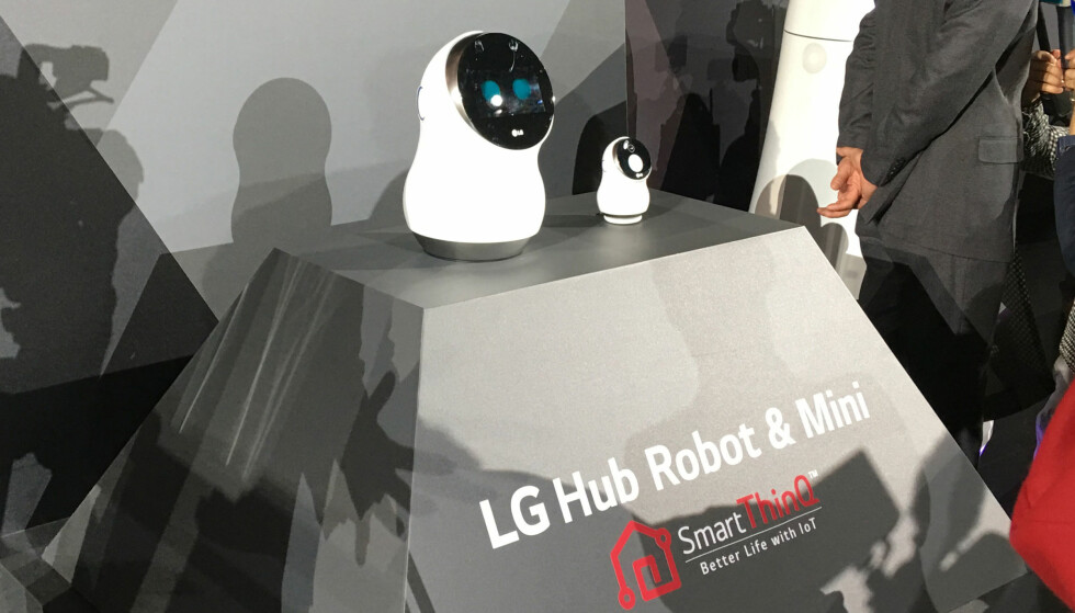 DIN PERSONLIGE ASSISTENT: Snakk til den, og så utfører han det du ber den om. LG Hub Robot er selve drømmen for alle som elsker slaraffenlivet. Foto: Bjørn Eirik Loftås