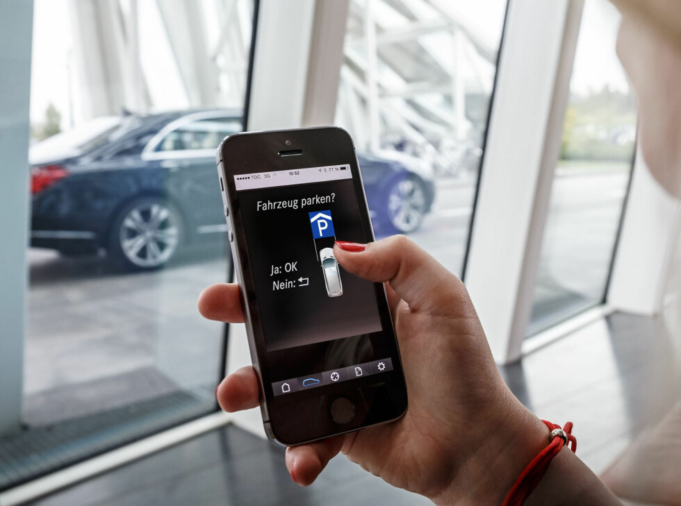 PARKING WITH APP:  As with Tesla, you should be able to park your car while standing on the outside. The system is more comprehensive than what you find in todays Tesla Model S. It should be able to park the car in all kinds of pockets and spaces, but our car was so new that the system was not yet available for the app. Foto: Mercedes-Benz