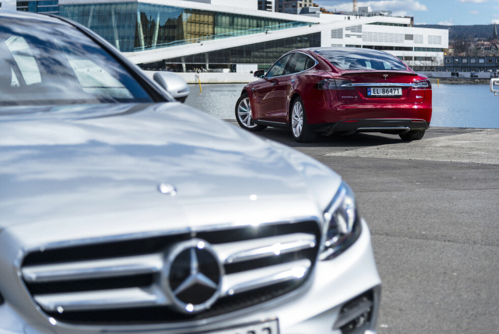 Tesla Model S vs. Mercedes E-Class: 1-0 to the american.   Foto: Jamieson Pothecary / Autofil