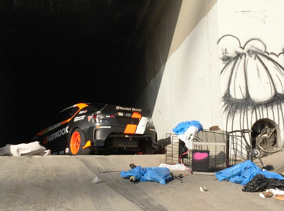 BEHIND THE SCENES: Det er mange som bor i de tørrlagte akvaduktene. Foto: PAPADAKIS RACING