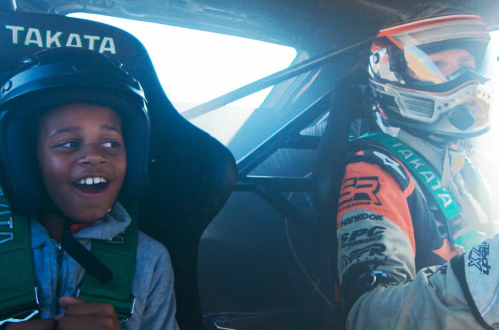 RIDE OF THE LIFE: Filmen handler om ti år gamle Dillon får drømmen sin om en tur med en drifter oppfylt. Foto: PAPADAKIS RACING