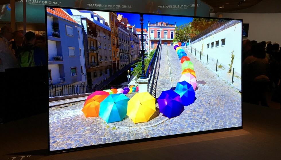<strong>FOTLØS:</strong> Sonys A1 har ikke tradisjonell TV-fot, og lyden kommer gjennom skjermen. Foto: Bjørn Eirik Loftås