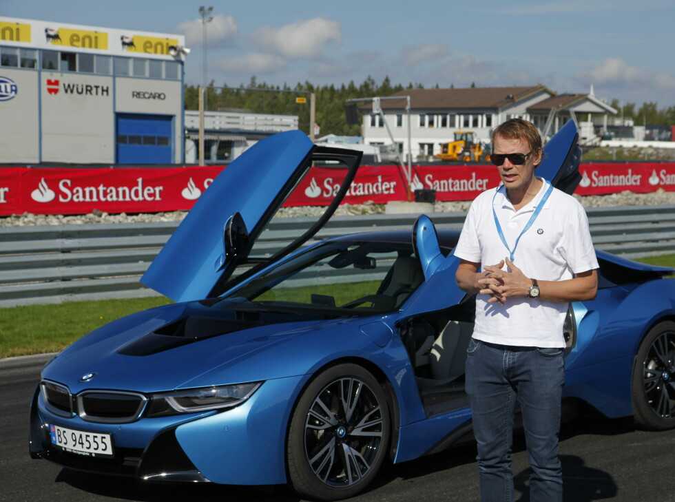 SPORTSHYBRID: BMWs representant Kjetil Myhre, presiserer at dette ikke er noen banebil, men hadde deres andre modeller klart banekjøring like bra, hadde det ikke vært noe problem. Foto: RUNE M. NESHEIM