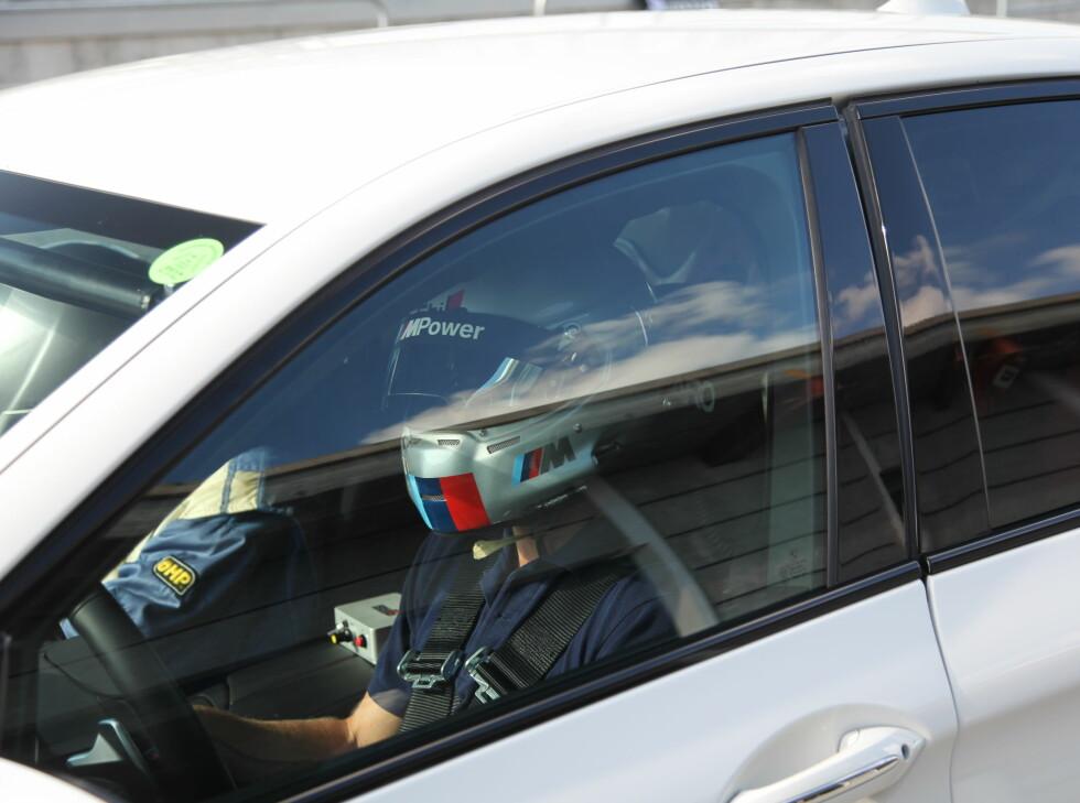 SERIØST: En standard M5 med fire racestoler og helbur ble brukt som taxi for de som ville føle banen i sladd - som passasjerer. Foto: RUNE M. NESHEIM