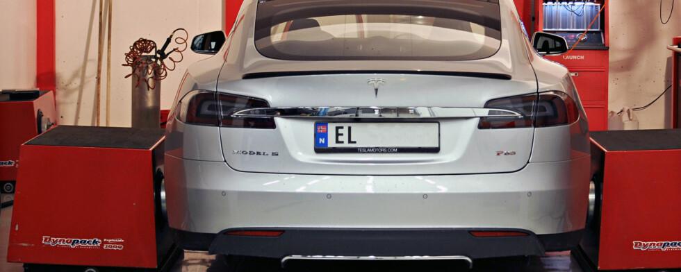 HVOR MYE EFFEKT HAR TESLA EGENTLIG?Tesla oppgir at toppmodellen Model S P85 yter 421 hester. Vi testet den i dynobenk og fikk ganske oppsiktsvekkende resultat.  Foto: KAJ ALVER