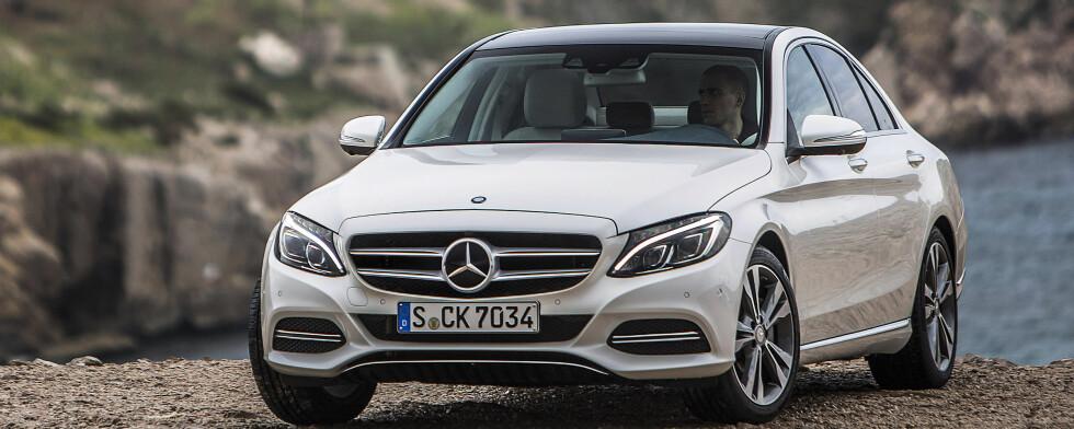 ÅRETS MEST SPENNENDE NYHET? Endelig er helt nye Mercedes C-klasse her. Mer aktuell enn noen sinne. Har den en størrelse som gjør den høyaktuell for familiene Hvor bra den er, leser du i Autofil. Foto: MERCEDES BENZ
