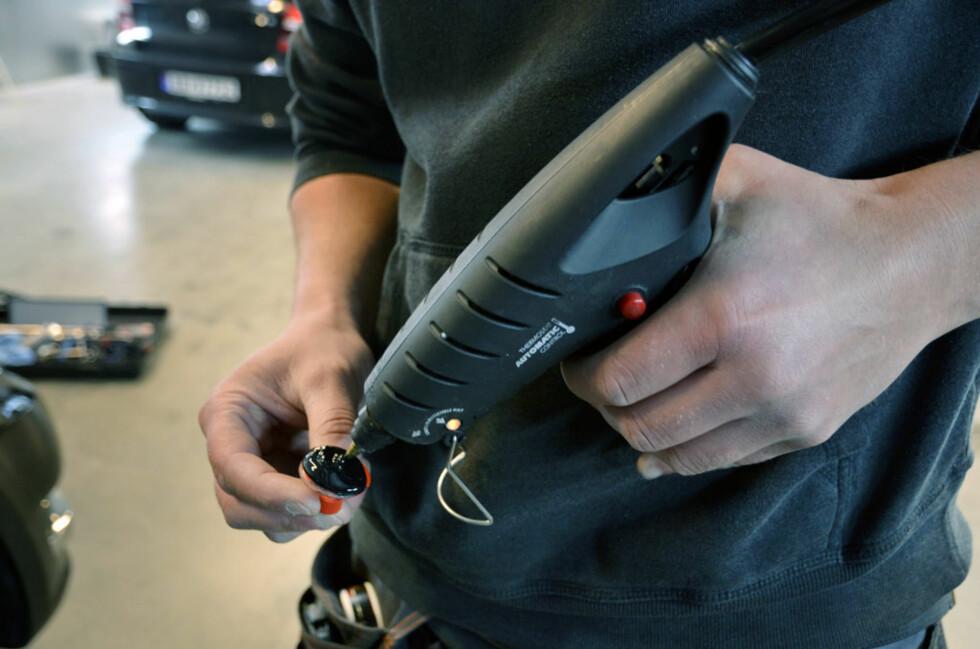 Reidar bruker et eget lim som fungerer bedre enn de du får i ferdig-kit. Foto: Stein Inge Stølen