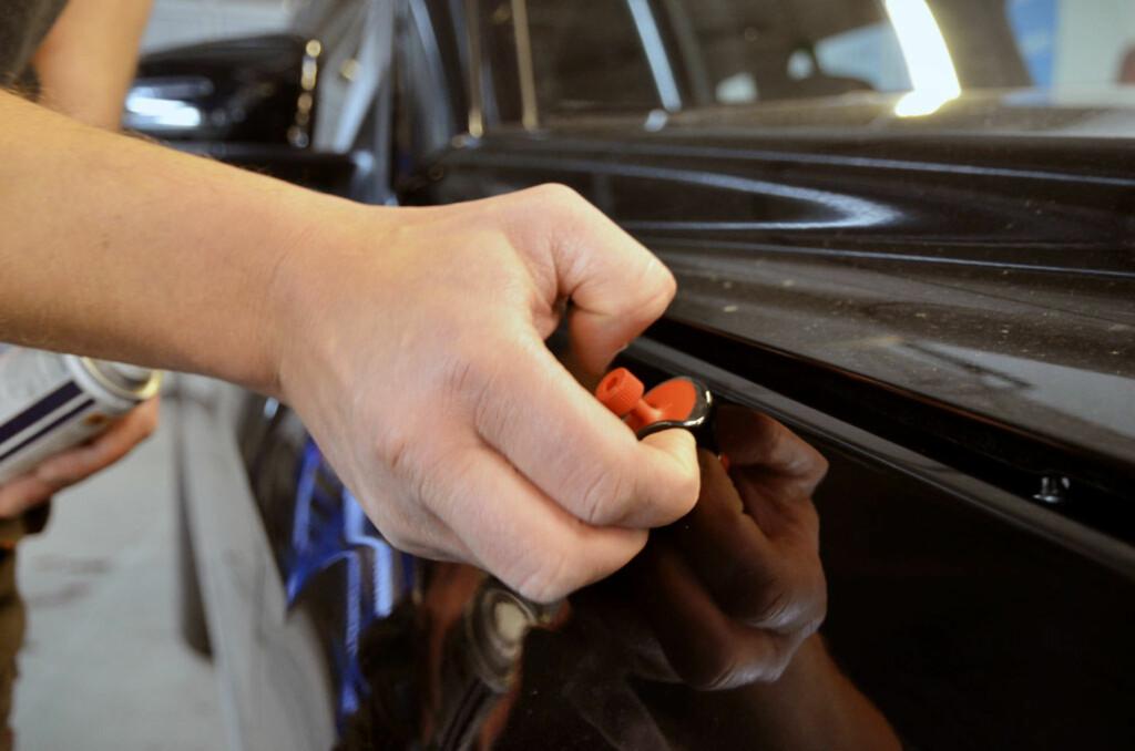 Etter at bulken er trukket ut, kan festet fjernes for hånd når limet kjølner. Foto: Stein Inge Stølen