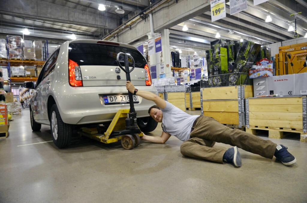 Hva gjør du hvis svingen blir litt for krapp, selv for en småbil som Skoda Citigo? Jo, du stjeler ei jekketralle fra Smart Club-lageret... Foto: Stein Inge Stølen