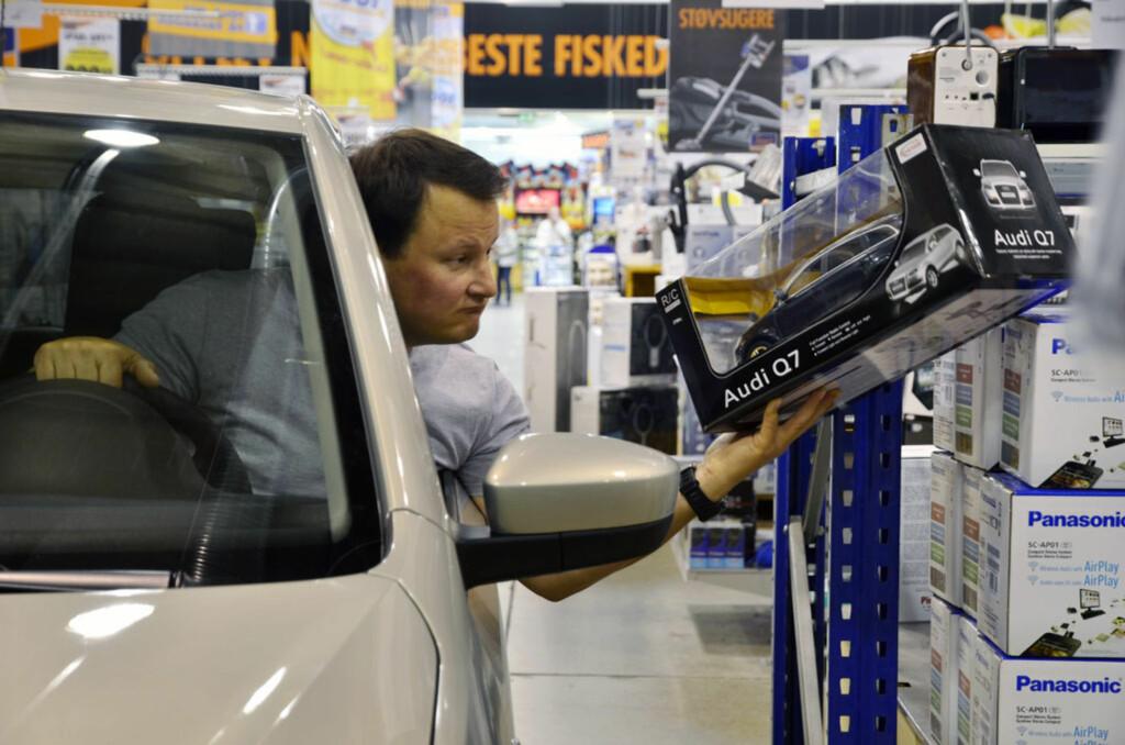 Volkswagen-konsernets største bil i mini-utførelse, studert av Marcussen i Volkswagen-konsernets minste bil, i maksi-utførelse. Dette ble komplisert. Foto: Stein Inge Stølen