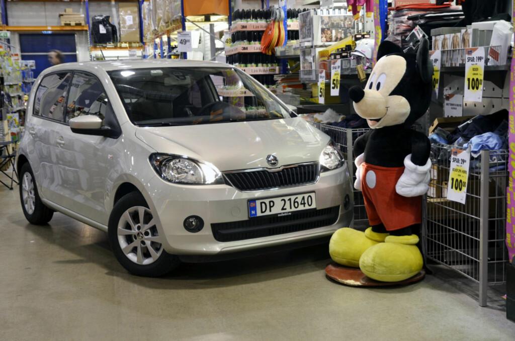 Skoda Citigo er en hyggelig og sjarmerende bil. Det er Mikke Mus enig i. Foto: Stein Inge Stølen